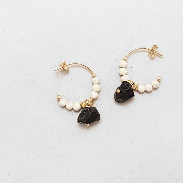 Boucles d'oreilles créoles Eole noires et blanches. Perles et pierre naturelle.