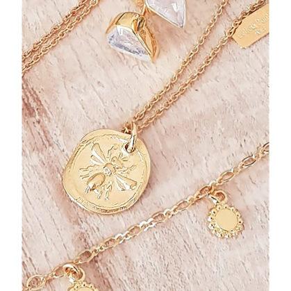 Collier médaille antique orné d'une abeille Little Bee. un bijou Leticia Ponti, chez Poisson Plume