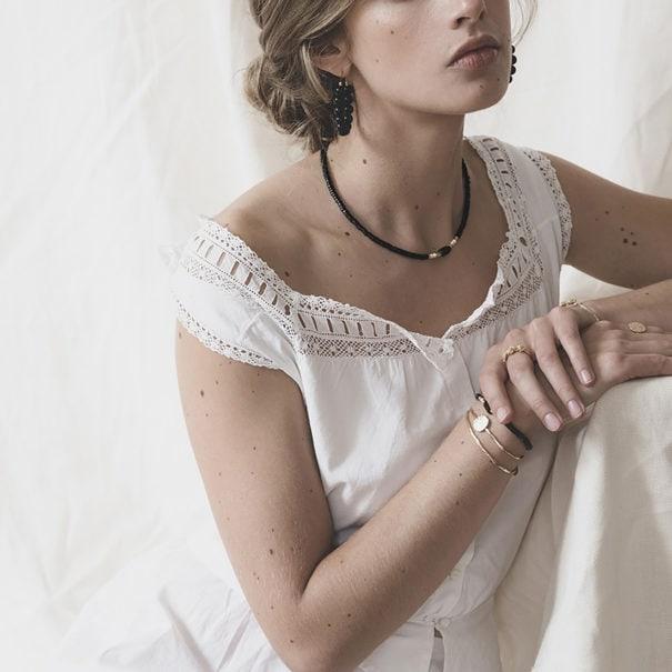 Collier en perles et plaqué or Elyes black, chez Poisson Plume