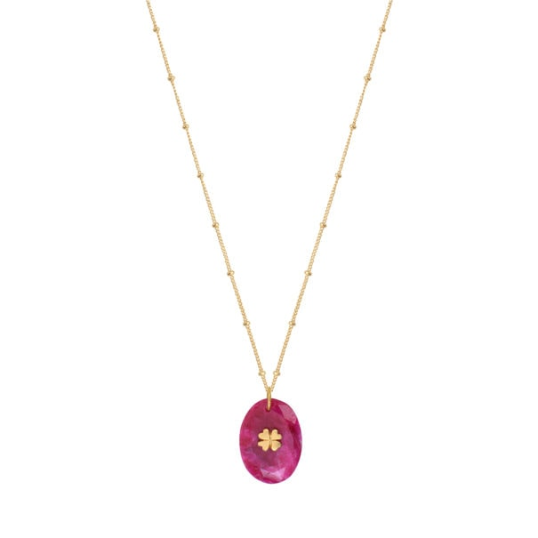 Collier au pendentif couleur rubis, en pierre naturelle. La chaîne est en plaqué or. En vente chez Poisson Plume