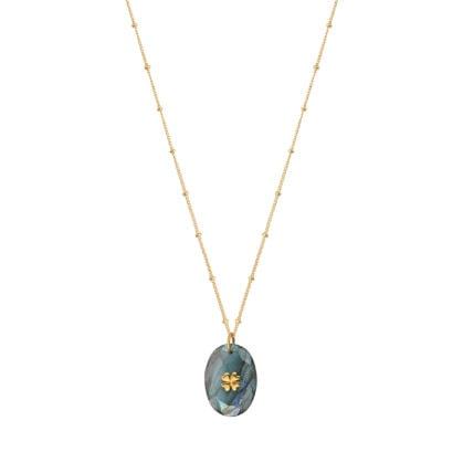 Collier porte bonheur, au pendentif en pierre naturelle labradorite. La chaîne est en plaqué or. En vente chez Poisson Plume