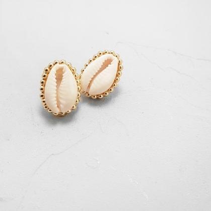 boucles d'oreilles coquillage Santorini de la créatrice Elise Tsikis dans la bijouterie Poisson Plume