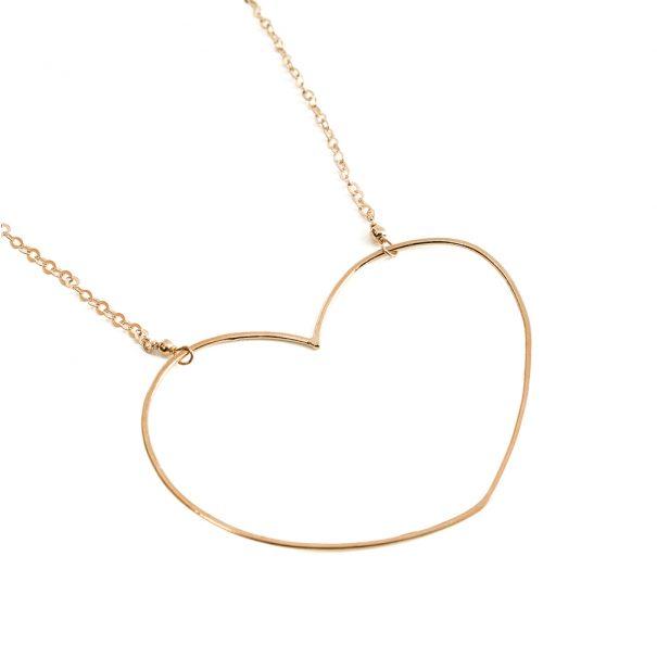 détail du collier coeur Aphrodite d'Alexiane Bijoux. En vente dans la bijouterie de créateurs Poisson Plume