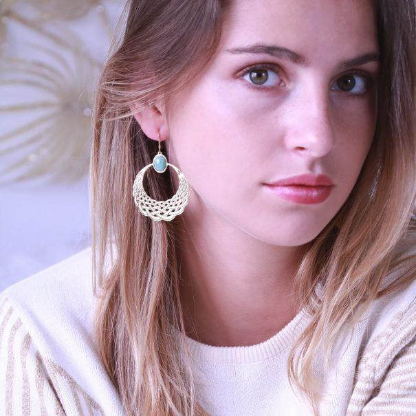 Boucles d'oreilles réaoles dorées et amazonite apr aurelie joliff. Des bijoux de créateur vendus chez poisson plume bijoux.