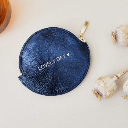 Porte monnaie personnalisé en cuir rond. Couleur bleu saphir. Chez Poisson Plume
