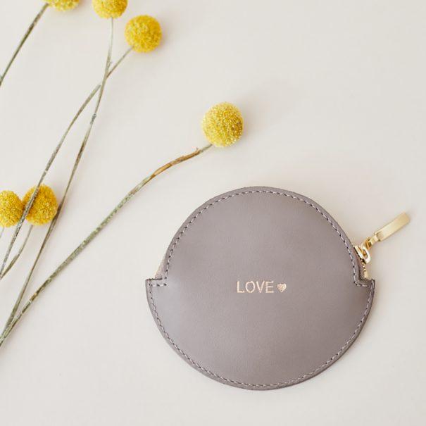 Porte-monnaie beige rond en cuir avec message love. Chez poisson plume