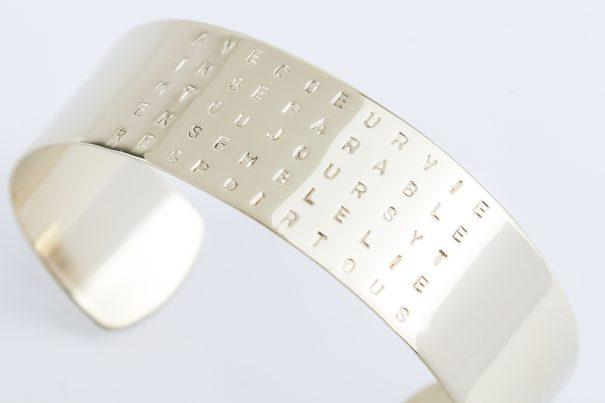 """Bracelet personnalisé, gravé """"ensemble"""". un bijou de créateur créé pour Poisson Plume bijoux."""