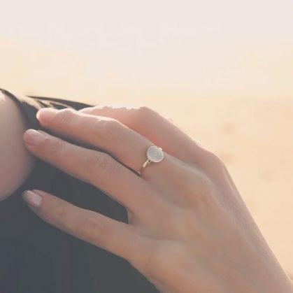 Bague Valentine, gravée d'un coeur. Un bijou fait main chez poisson plume.