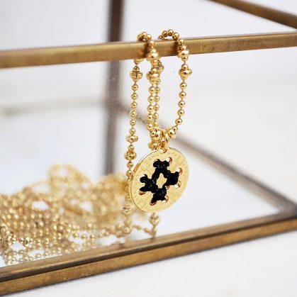 Collier de créateur. Une médaille brodée et créée à Paris.