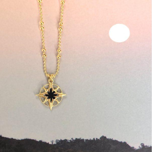 collier rose des vents dorée et noire chez poisson plume bijoux