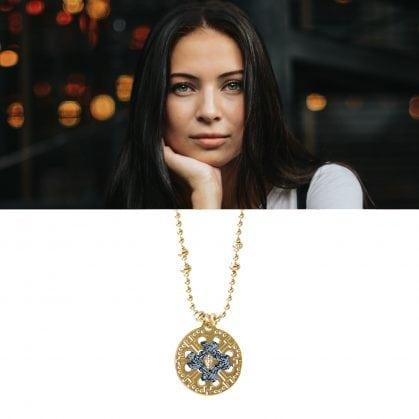 Collier médaille doré et brodé argenté. Une création en vente chez Poisson Plume bijoux
