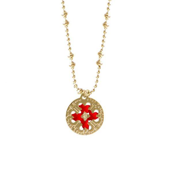 collier medaille ronde dorée et brodée de rouge chez poisson plume bijoux