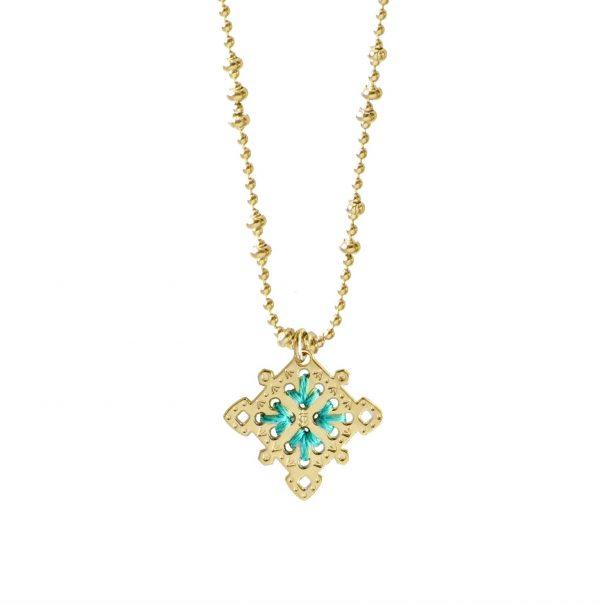 collier médaille brodé de fil turquoise. fait-main à Paris.