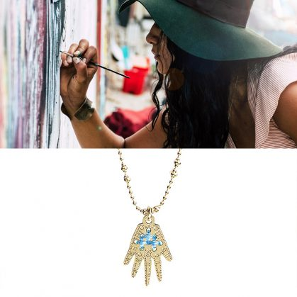 Collier medaille Frida bleu ideal chez poisson plume bijoux. Couleur exclusive