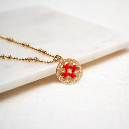 Collier medaille ronde doree et rouge