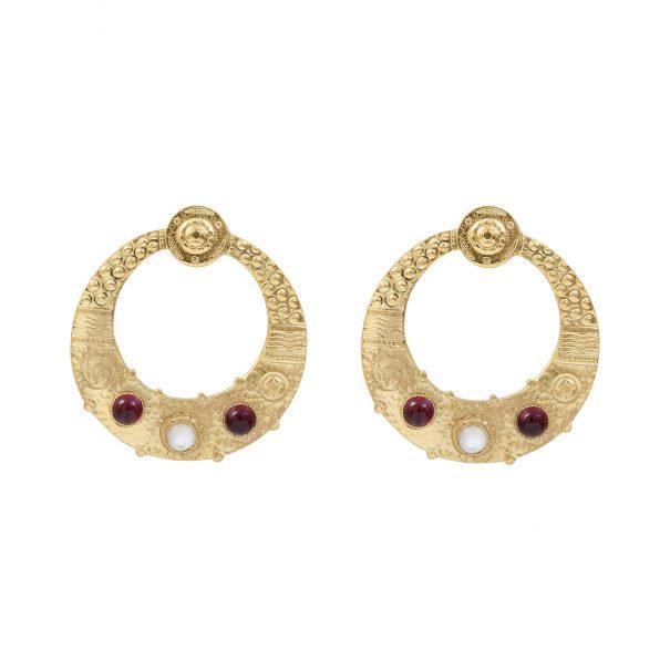 Boucles d'oreiolles créoles étrusques grenat et nacre de Dear Charlotte. Des bijoux de créateur chez Poisson Plume.