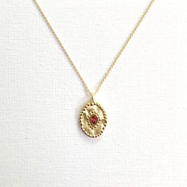 Collier de créateur en détail medaille ovale rhodolite Verine - Louise hendricks chez Poisson Plume bijoux