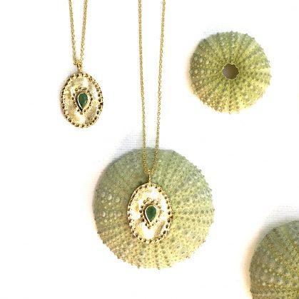 Collier ovale médaille verine emeraude chez Poisson Plume. Un bijou de créateur Louise Hendricks