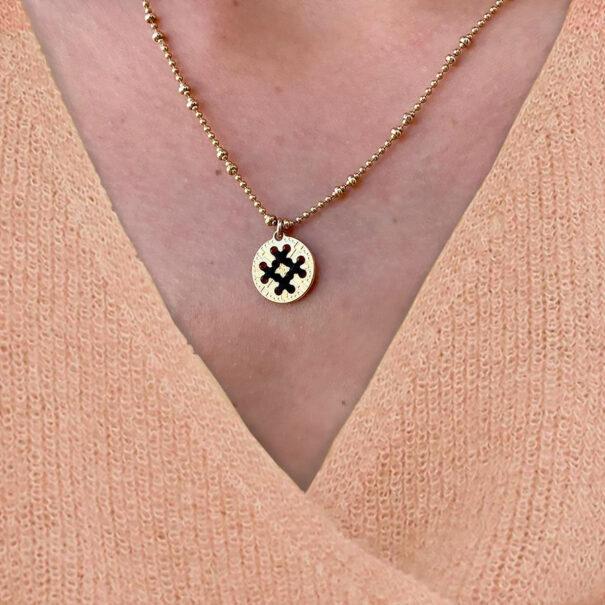 collier médaille ronde détail noir