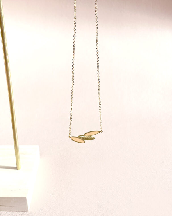 collier plumes rose nude chez poisson plume bijoux